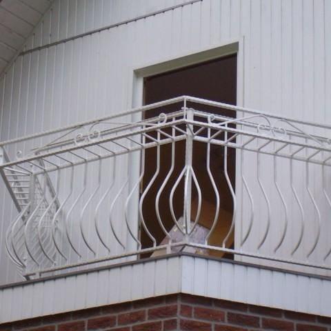 biała metalowa balustrada zewnętrzna