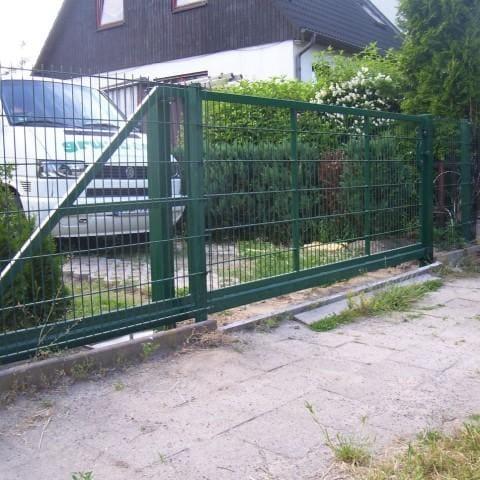 zielona metalowa brama przesuwna
