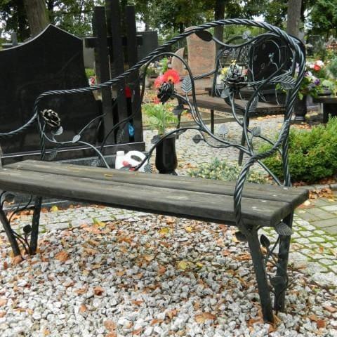 kuta ławka na cmentarzu