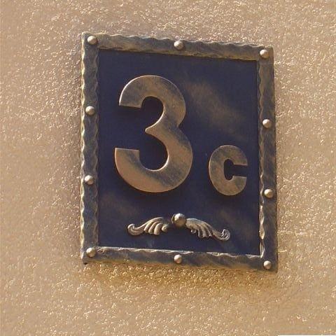 wykuty numer domu