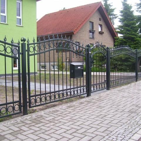 czarne ogrodzenie metalowe