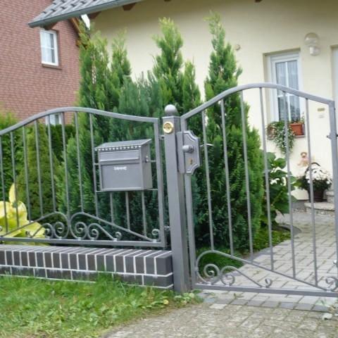 szare ogrodzenie metalowe