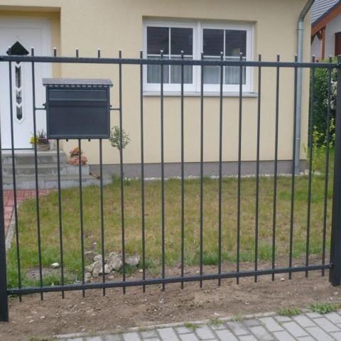 proste czarne metalowe ogrodzenie gubin