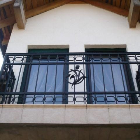 czarna artystyczna balustrada metalowa