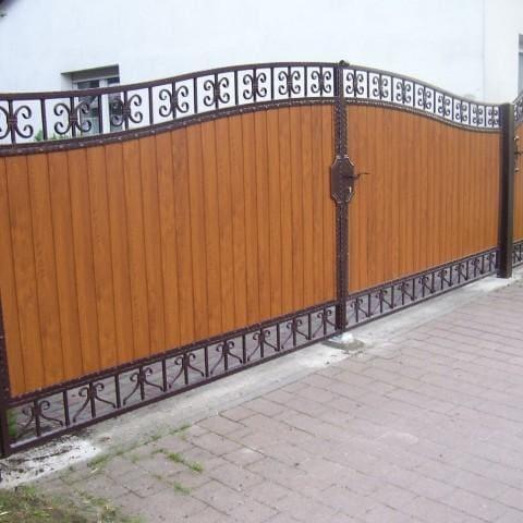 artystyczna brama skrzydłowa drewniano-metalowa