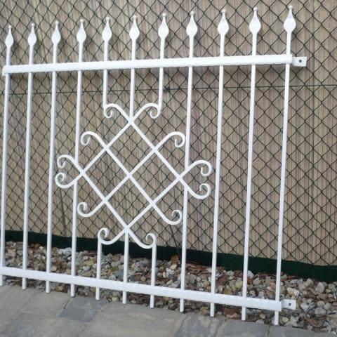 białe ogrodzenie kute