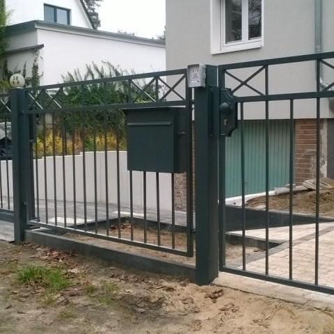 proste eleganckie metalowe ogrodzenie