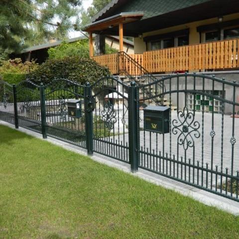 zielone metalowe ogrodzenie