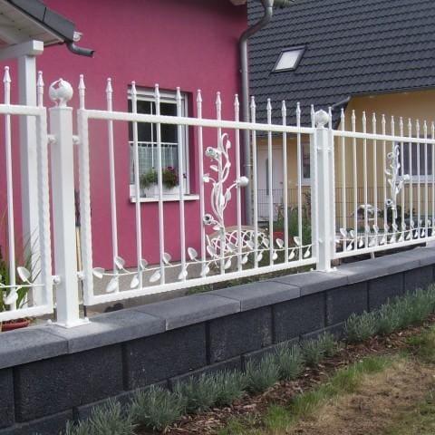 biale ogrodzenie kute