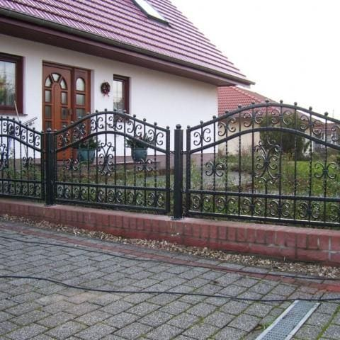 czarne ogrodzenie kute