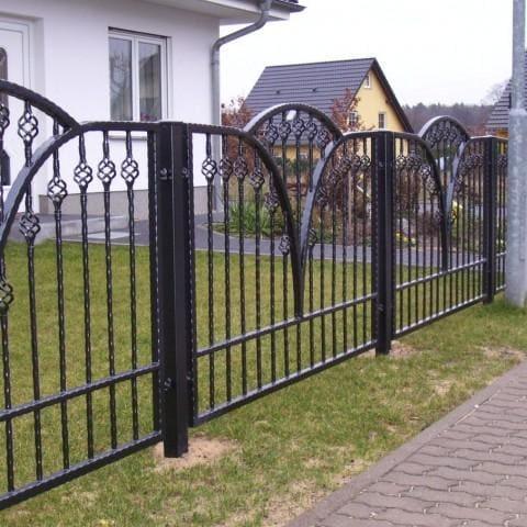 nietypowe metalowe ogrodzenie
