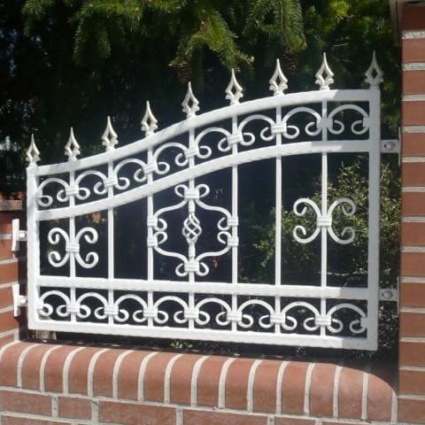 białe ogrodzenie kute krosno