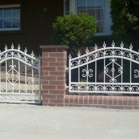 białe ogrodzenie i bramka