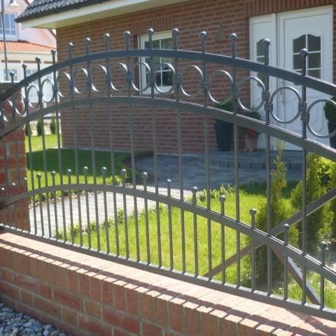 czarne metalowe ogrodzenie krosno