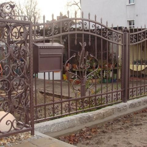 brązowe artystyczne ogrodzenie metalowe