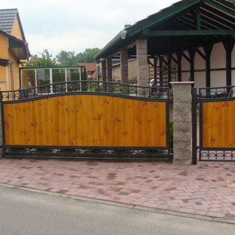 nowoczesne ogrodzenie metalowo-drewniane