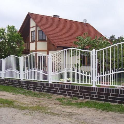 białe metalowe ogrodzenie