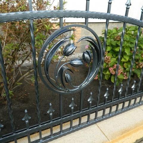 kwiaty wykute w metalowym ogrodzeniu